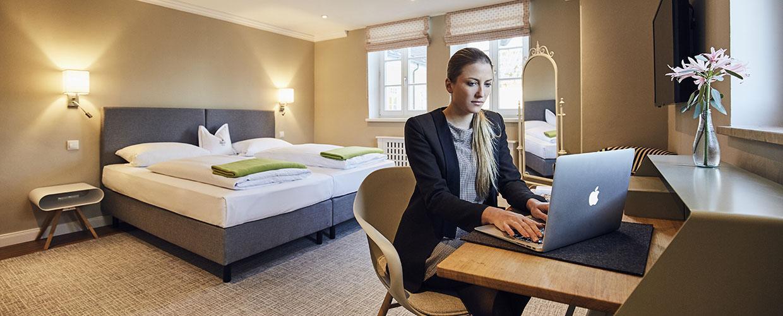 hotelzimmer_schreibtisch